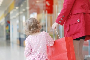 mom-shopping-with-little-girl
